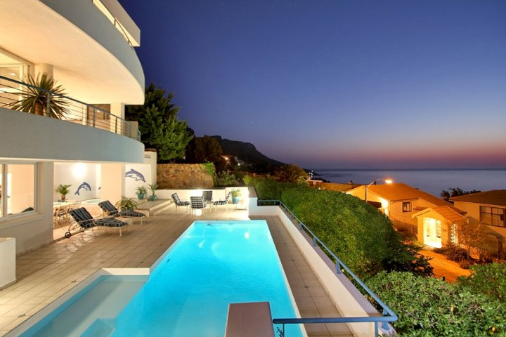 summer-vacation-penthouse-LUXURY-CAMPS-BAY-VILLAS-self-catering